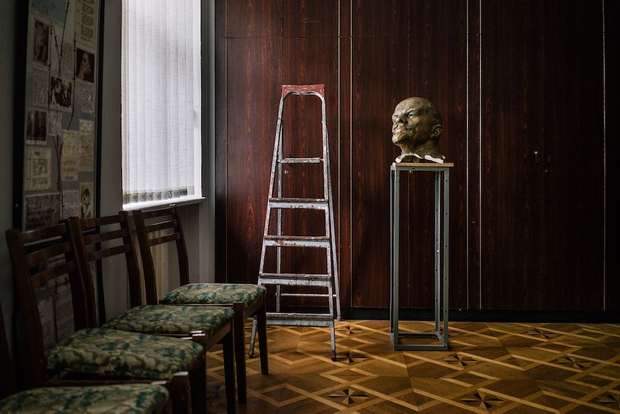 Beheaded Lenin statue exhibited in Kyiv at the Museum of Soviet Occupation. 12 September 2015 © Niels Ackermann / Lundi13