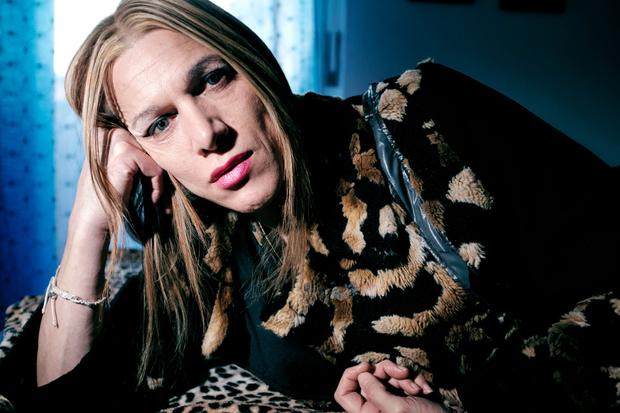Ritratto di un transgender nella sua stanza da letto, Lido Tre Archi (FM) Italia, Ottobre 2016.