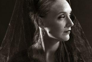 Mirjam, woman with mantilla 01