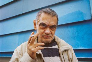 Homme à la cigarette avec fumée dans l'oeil