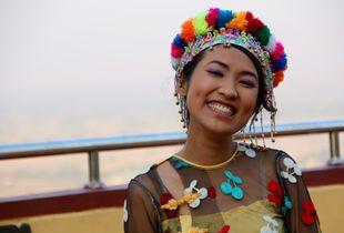 Birmane en costume traditionnel
