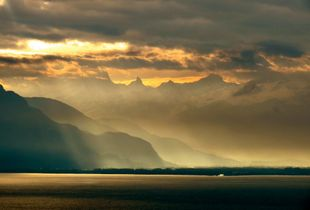 The mists of Lac Léman and its Alps