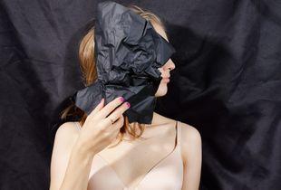 Erika (Peau noire, masques blancs)