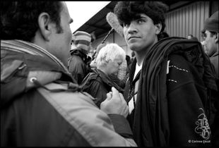Squat Hangar Paul Devot, Port de Calais, France - 02/11/2009. Rencontre des migrants, des bénévoles et des journalistes.
