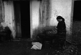Campesina preparando las patatas para sembrar, Santiago de Compostela, 1977-78 © Anna Turbau, VEGAP