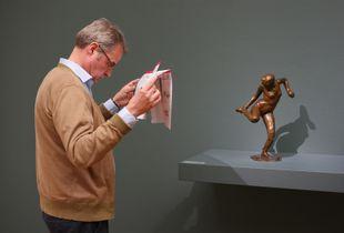Danseuse regardant la plante de son pied droit - Edgar Degas