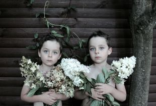 twins with hortensia