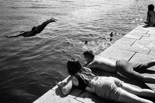 "Serie 2/5: Aguas Locais (""local waters"") -  ""Local youth jump into the water to cool off"""