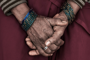 The hands of a member of the Gulabi Gang, also a victim of violence - Uttar Pradesh (India) January 2016