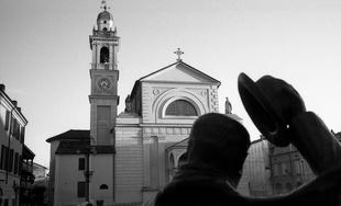 Die Statue Peppones vor der Kirche Don Camillos