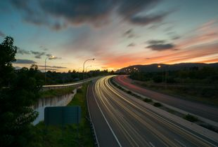 Autopista hacia el atardecer