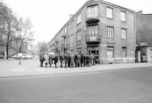 Warszawa. Line for food distribution. 1981