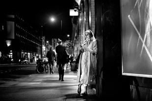 //The Girl at Night under Light//