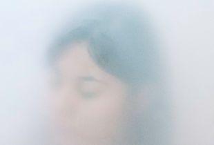 El último aliento rastreado en las fisuras de la memoria