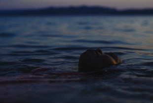 Au crépuscule elle appréciait le silence. Elle s'imaginait que la mer se figeait avec ses sens. Au crépuscule elle rêvait d'une même terre, d'un nouveau monde... Elle pensait toujours à cette même terre et à ce nouveau monde.