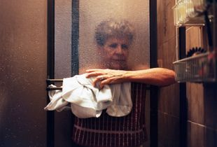 Abuela En La Ducha (Grandmother In The Shower)
