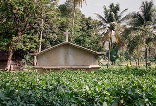 Kabare - Dans un champ de la région de Leogan se dresse un caveau familial de la diaspora haitienne. Un grand nombre de ces familles, vivant à l'étranger, achètent des terrains afin de pouvoir assurer le retour à la terre et le repos éternel de leurs proches.