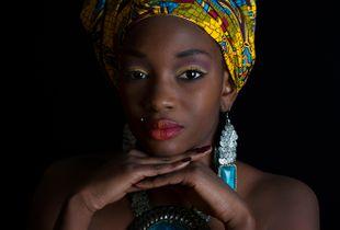 Ritratto di ragazza Senegalese con turbante.