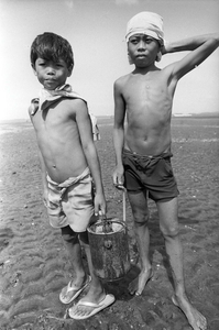© 2014, Stephen Shames — Philippines. Collect sea urchins.