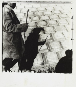 Mind Games: Urasaki Tetsuo, walking along Tsurumi River, Yokohama, 1980 © Kiyoshi Suzuki, Taka Ishii
