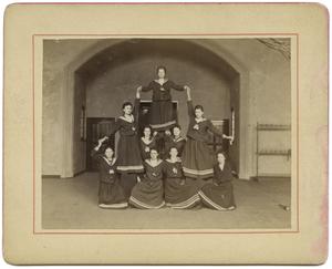 Kunstvolle Pyramide der Frauenabteilung (The Women's Department Forms an Artful Pyramid), 1903. Courtesy of Museum Fur Kunst und Gewerbe.