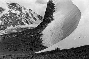 Ella Maillart (1903-1997). Descending the slope of Djengart at the border with China (Kyrgyzstan). © Musée de l'Elysée, Lausanne /Fonds Ella Maillart