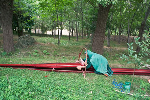 © Iva Zimova. A woman weaves a carpet.