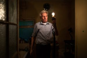 George tests a floor lamp that he found in one of his rooms during tidying up.  © Corinna Kern