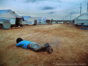 The despondency of a child in this tent city which is the camp of Kawergosk. This is one of the realities that Amaha Husein wanted to convey.