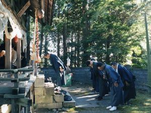 Local people always bow politely to the god of their community shrine.© Uma Kinoshita