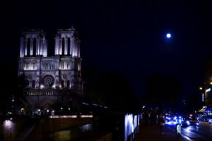 IN BETWEEN WORLDS: Notre-dame de Paris