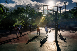 One sign of the return to normal everyday life is the sight of young people meeting up in public places. At dawn and at dusk, the squares play host to never-ending basketball matches. A basketball match on Sunday morning in the main square of the Pétion-Ville neighbourhood.