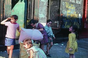 New York, 1972, © Helen Levitt. Courtesy Laurence Miller Gallery and/or powerHouse Books.