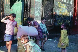New York, 1972, © Helen Levitt. Courtesy Laurence Miller Gallery and/or powerHouse Books.