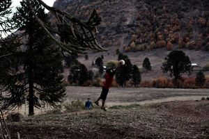 Carmen Luisas nephew plays football in the Alto BioBio. Winter is extremely hard, the snow shuts down any connection to other places.  The inhabitants have to order their food for the next three month in order to survive. Promises by Endesa to build better houses were broken. Unemployment, alcoholism and loss of tradition are the severe consequences, that lead to an alarming rise of suicide.
