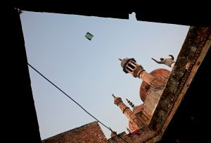 Varanasi, India: Kite runner in front of the Alamgir mosque. © Matjaz Krivic