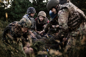 A squad comes to the rescue of a wounded soldier (training).