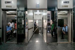 José Luise O Faria & Charlies da Silva Machado, liftmen / Rua Santa Luzia 799