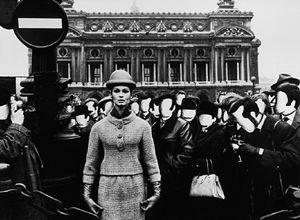 Visages blancs + l'Opéra, Paris 1963 (Photo pour Vogue) © William Klein