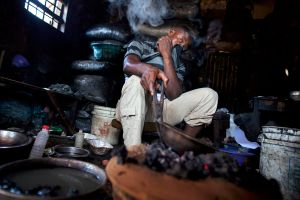A goldsmith in Gusau is burning sulphuric acid and gold in order to remove the gold's last impurities. © Alex Masi