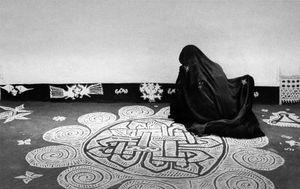 Jyoti Bhatt, A woman drawing a mandana design, Rajasthan, 1980 © Tasveer Gallery, Paris Photo LA