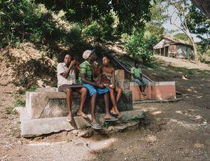 """Micheline (46), Francia (21) and Amédé (26) - Baobe, Haiti - Qui repose dans ce tombeau? Grand-père, 3 femmes et un garçon - Pourquoi aimez vous aller sur cette tombe? """"On s'y assit la journée pour profiter de la fraicheur"""" - Qui a dessiné ce monument? Boss Gela en 1991   """"Kavo mwe, m'reme"""" ( mon caveau, je l'aime)"""
