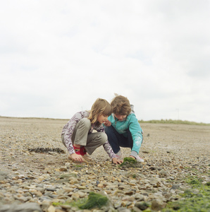 Sabina Filanovich and Anhelina Balbutskaya feel the texture of seaweed for the first time