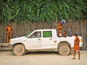 © Patrick Willocq - Walé Mpia and her mundele. « Ensansa : Bakalé biàlé bòpálá yôyàbòma, Ipaya ábálé bòndélé, Ipaya ábátá bôme, emí mbálé Patriki »Song: rival Walé, do not kill each other, Mpia married white man, Mpia found husband, I married Patrick.