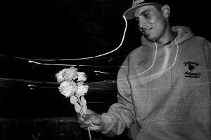 Beto hace flores para venderlas en el metro.