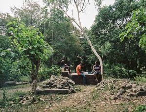 """Josephe Laguerre (37), Jovens Laguerre (19), Lensky (11) - Kabare, Haiti - Qui repose dans ce tombeau? Ma belle-mère et plusieurs autres membres de la famille - Pourquoi aimez vous aller sur cette tombe? """"Pour étudier, y passer du temps"""" - Qui a dessiné ce monument ?Boss Martial"""
