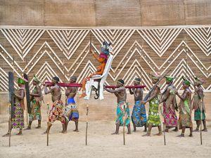 © Patrick Willocq - Walé Oyombé, Nkumu. « Ensansa : bôpápá boutíka nd'ípoy, mí nyúme nd'ókonda w'élóba, mí ngóyé, basómi báyânkùmá l'´ndóki nd'âpèke ».Song: papas tipoy put me in, me I go into eloba forest, me I come, all assistants with rifles on shoulders.
