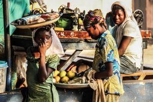 Las costureras y los niños de Tamale III