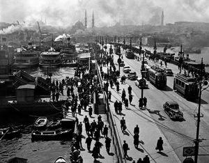 Old Galata Bridge, 1954. © Ara Güler / Magnum Photos.
