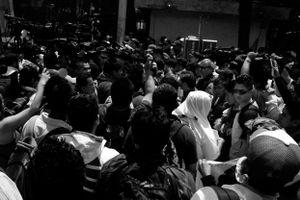Un cerco de medios de comunicación dificulta la entrada de la comisión de los familiares al INE.